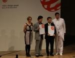 기아자동차㈜는 '프라이드 모바일 애플리케이션'이 24일(현지시간) 독일 베를린에서 열린 '2012 레드닷 디자인상(2012 red dot Design Award)' 시상식에서 커뮤니케이션 디자인 부문 최우수상(Best of Best)을 수상했다고 밝혔다. 우상균 기아차 해외커뮤니케이션팀장(사진 왼쪽 세 번째)과 행사 관계자들이 기념촬영을 하고 있는 모습.
