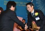 25일 서울 여의도 63빌딩 컨벤션센터에서 개최된 '2012 대한민국 일하기 좋은 100대 기업' 시상식에서 고어코리아 김재경 컨트리리더(우)가 2012 대한민국 일하기 좋은 100대 기업 외국계부문 대상을 수상하고 있다.