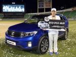 기아자동차㈜는 지난 1일 잠실야구장에서 열린 한국시리즈 6차전이 끝난 뒤 MVP로 선정된 이승엽 선수(삼성 라이온즈)에게 대한민국 대표 중형 SUV '뉴 쏘렌토R'을 증정했다.