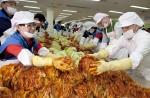 한국지엠 세르지오 호샤 사장(앞줄 오른쪽)과 한국지엠 홍보사절단 최윤숙 단장(앞줄 왼쪽) 등 임직원들이 직접 김장을 담그는 모습.