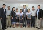 라오스를 방문한 녹색사업단 장찬식 단장(가운데)이 지난 9일, 비엔티안 쌍통구(Sangtong District) 마루산업 김지영 사장(왼쪽 세번째) 조림지 사무실에서 가정 형편이 어려운 라오스 어린이들에게 장학금과 증서를 전달하고 기념사진을 촬영했다.