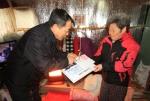7일 강원도개발공사 임직원들이 관내 소외계층에 난방유 주유권을 전달하고 있다.