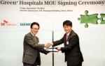 지난 7일 충정로에 위치한 한국 지멘스 서울 본사에서, 지멘스 헬스케어와 SK 텔레콤이 병원의 지속가능한 성장을 돕는 '그린 플러스 하스피털' (Green+ Hospitals)사업의 모바일 솔루션 부분 협력을 위한 전략적 MOU를 체결했다. 사진은 지멘스 헬스케어 박현구 대표(왼쪽) SK텔레콤 김장기 본부장(오른쪽)
