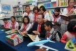 대한항공은 중국지역 사회공헌 프로젝트인 '애심계획'(愛心計劃)의 일환으로 지난 12월 11일 중국 쿤밍시 푸민현 소재 위앤헝 희망 초등학교에서 대한항공'꿈의 도서실 기증' 행사를 열었다. 박인채 대한항공 중국지역본부장(앞줄 왼쪽에서 네번째)이'꿈의 도서실'에서 위앤헝 희망 초등학교 어린이들과 함께 책을 읽고 있다.