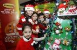 3M의 양면테이프 브랜드 코맨드TM가 크리스마스를 맞아 19일, 잠실 키자니아에서 어린이들과 함께 트리 꾸미기 이벤트를 진행했다.붙일 때는 강력하게 붙고, 떼어낼 때는 흔적없이 제거되는 코맨드TM 양면 테이프를 이용해 어린이들이 크리스마스 트리를 꾸미고 있다. 이 제품은 집안수납이나 옷장, 주방 정리는 물론 크리스마스 트리나 파티장 데코레이션과 같이 일시적으로 벽걸이 장식물을 부착할 때 매우 유용하다.