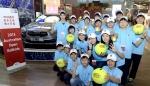 기아자동차㈜는 세계 4대 테니스 대회 중 하나인 '2013 호주오픈 테니스 대회'에서 활약할 볼키즈 한국 대표 20명을 2일(수) 호주로 파견했다고 밝혔다. 사진은 2013년 400대 1의 경쟁률을 뚫고 최종 선정된 볼키즈 한국 대표 20명이 출국 전 포즈를 취하고 있는 모습.