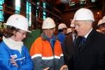 지난 22일(현지시간) STX프랑스 생 나제르(St.Nazaire) 조선소에 방문한 장-마르크 아이로(Jean-Marc Ayrault) 총리가 현장직원들을 격려하고 있다.