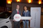 현대차 스페인 법인 마케팅 디렉터 Ricardo De Diego와 박주영 선수가 차량 전달식에서 포즈를 취하는 모습.