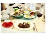 턴테이블음식과 메인요리제공 모습
