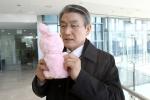 박승호 포항시장이 감사인형을 통해 포항시 건설환경사업소 이재열소장에게 감사의 마음을 전하고 있다.