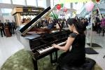 포항시립합창단 반주자인 김영화씨가 피아노 독주를 하고 있다.