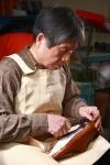 아이쿱생협 수제구두브랜드 '르소메'를 만들고 있는 서울 성수동 구두장인은 40년이 넘게 구두를 만드는 것이 가장 행복하다고 얘기한다.