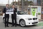 모리츠 클린키쉬 BMW 코리아 프로덕트 매니저(사진 왼쪽)가 박천규 환경부 기후대기정책관(사진 오른쪽)에게 BMW 액티브 E를 전달하고 있다.