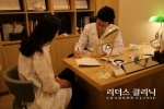 의정부 피부과 리더스클리닉 김성수 원장이 시술 전 환자와 상담을 진행하는 모습.