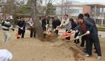 군산대학교는 68회 식목일을 맞아 쾌적한 학내 분위기를 조성하기 위하여 5일(금) 교내에서 식목행사를 가졌다.