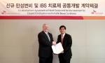 SK케미칼 이인석 대표이사(우)와 SK 바이오팜 대표이사 크리스토퍼 갤런(좌)이 공동개발 계약을 체결한 후 기념사진을 찍고 있다.
