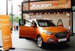 현대자동차는 '뉴 투싼ix' 출시를 기념하고 높아진 고객 관심에 부응하고자 수도권 등 전국 12개 지역에서 뉴 투싼ix 전국 전시 이벤트를 실시한다고 밝혔다. 사진은 17일 서울 왕십리 '비트플렉스'에 '뉴 투싼ix'가 전시돼 있는 모습.