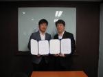 이정구(왼쪽) 리얼로거코리아 대표와 이동재(오른쪽) 엔톰 대표가 16일 업무협약을 맺고 기념촬영을 하고 있다.
