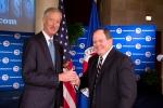 19일 미국 상공회의소 의장으로 선출된 스티브 밴 앤델 암웨이 회장(왼쪽)이 전임 의장인 에드 러스트로부터 의사봉을 건네 받고 있다.