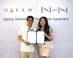 NHN 조한욱 게임사업1부장(좌)과 드림스퀘어 Angel Mo(엔젤 모) 해외사업본부 부사장이  양 사간 전략적 파트너십을 체결한다는 내용의 계약서와 함께 포즈를 취하고 있다.