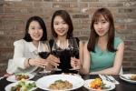 블랙스미스는 금요일 방문 고객들에게 하우스 와인을 기존 가격에서 2500원 할인된 한 잔당 5000원의 가격으로 제공하는 Every Friday(에브리 프라이데이) 이벤트를 진행중이다.