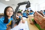 볼보건설기계코리아 임직원 자녀 대상 영어캠프인 '2013 볼보 슈퍼 주니어 캠프'에서 영어수업교실에서 굴삭기에 대한 설명을 듣고 있다.