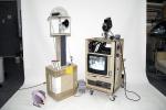 환상의 조력자 비디오 카메라, 데크, 나무, 프라스틱, 케이블 등 가변설치(2013)