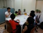 박경복 대표가 환경동아리 학생들과 빗물 이용에 대해 토론중이다.