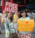 16일 명동에서 함께 프리허그를 하는 일본여성,중국여성