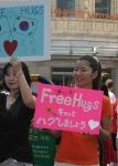 16일 명동에서 함께 프리허그를 하는 일본여성, 한국여성