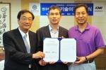 왼쪽부터 송시영 연세의료원 산학협력단장, 지선하 연세대 보건대학원 교수, 이규장 한국의학연구소 이사장이 기술이전 협약서를 서명 후 기념촬영을 하고 있다.