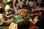 에듀윌 본사 비전홀에서 열린 '밤의 캠핑장'에서 임직원들이 바비큐 도시락을먹으며 담소를 나누고 있다.
