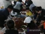환경실천연합회 자원봉사자들이 하천정화를 위해 EM흙공을 만들고 있다.