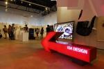 2013 광주디자인비엔날레에서 기아 전시관을 찾은 관람객들이 전시물을 둘러보는 모습.