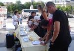 프랑스 시민들이 장기적출 반대 서명 중이다.