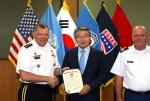 박승호 포항시장이 제임스 서먼 주한미군사령관으로부터 좋은 이웃상을 수상하고 있다.