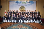 2013 제8회 대한민국친환경대상 시상식에서 지자체 기업 개인 단체 수상자 37명 모두가 대한민국선정위원회 위원들과 함께 수상의 기쁨과 상호발전이 될 수 있도록 약속하는 의미에서 파이팅을 외치며 기념촬영을 하고 있다.