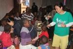 정선희 강사가 키베라 아이들에게 교육봉사중이다.