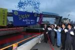 포항운하 해도교 수문개방 행사에 참석한 박승호 포항시장을 비롯한 주요내빈들이 현수막을 당겨 본격적인 행사의 시작을 알렸다.