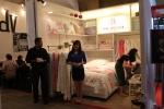 한국 최초로 인도네시아에 진출한 이불 브랜드 박홍근홈패션이 현지 웨딩 페어에 참가해 브랜드를 홍보하고 있다.