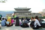 시민들이 흥인지문(동대문)의 역사와 가치를 듣고 있다.
