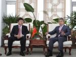 박승호 포항시장과 중국 길림성 훈춘(琿春)시 왕계장(王啓章) 부시장이 양 도시 간 상호협력 방안에 대해 논의하고 있다.