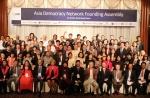 2013 서울민주주의네트워크의 아시아민주주의네트워크 출범식에서 아시아 20여개국의 운영위원을 비롯한 참석자들이 기념촬영을 하고 있다.