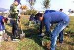 환경실천연합회가 한강광나루지구에서 식목활동을 하고 있다.