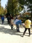 담양 메타세콰이어 거리에서 서명운동을 하고 있다.