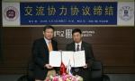 상명대 구기헌 총장(사진 오른쪽)이 중국 신천대학 리칭콴 총장(사진 왼쪽)과 협약을 체결한 뒤 협약서를 들어 보이고 있다.