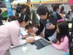 김해시 단감축제현장에서 시민들이 서명에 참여하고 있다.
