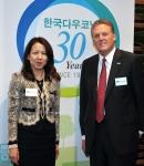 에리코 사쿠라이 한국다우코닝 회장 (사진 왼쪽) 로버트 D. 핸슨 다우코닝 회장 겸 CEO (사진 오른쪽)