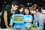 KT는 19일부터 22일까지 태국 방콕의 임팩트 컨벤션 센터'에서 4일 동안 개최되는 ITU Telecom World 2013에 자사의 스마트 에듀테인먼트 로봇, 키봇2를 전시해 KT의 앞선 ICT기술을 전 세계에 알린다. 사진은 KT 담당직원이 현장에서 전시관을 찾은 관람객들에게 Smart Toy형 키봇2를 소개하고 있는 모습.