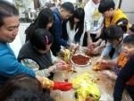 가나특수교육원은 비장애인 자원봉사자와 장애인 20명이 함께 서로의 온정을 나누는 김치담그기 행사를 진행했다.